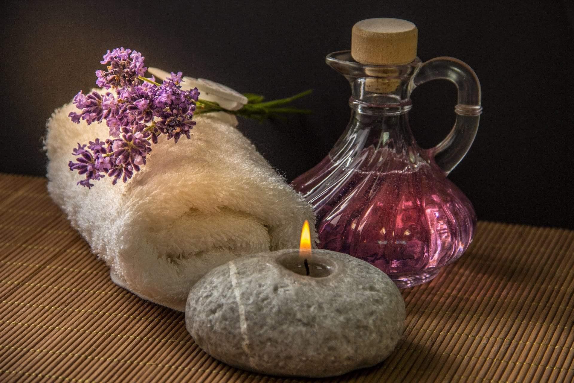 masaż świecą aromatyczną