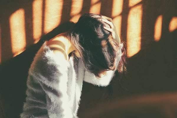 Kobieta cierpiąca na przewlekły i napięciowy ból głowy