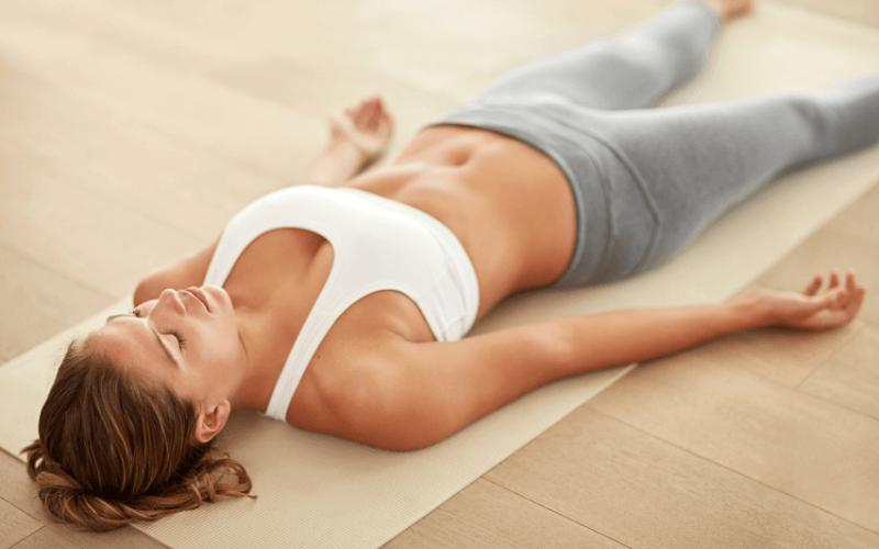 Kobieta ćwicząca oddech.